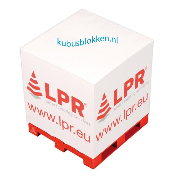 kubusblok met logo op pallet